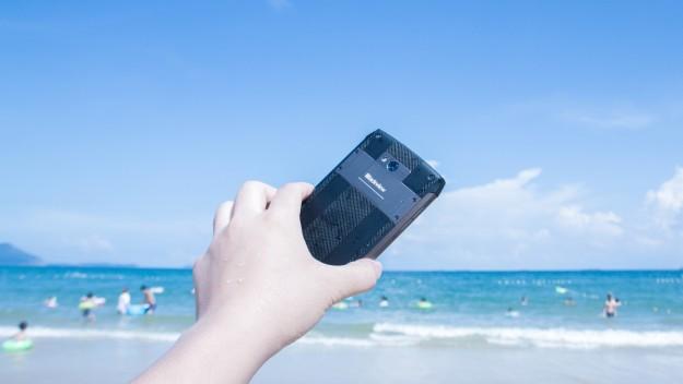 Если часто роняете телефон в воду, то Blackview выпустила смартфон BV8000pro с защитой IP68 специально для вас