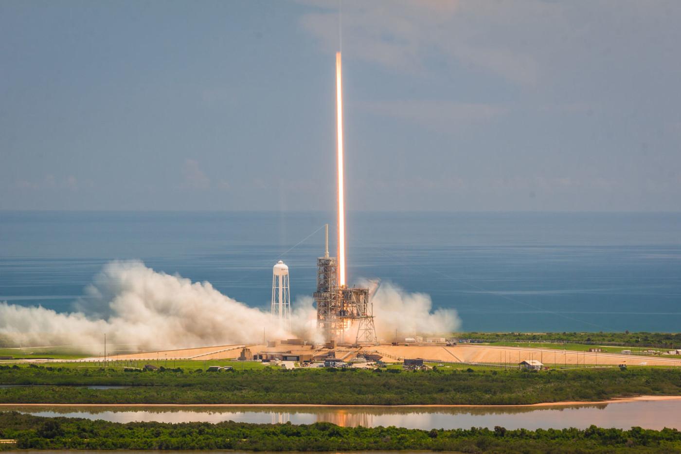 Появились фотографии с запуска Falcon 9. На МКС доставят мороженое и мышей