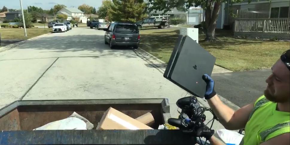 Стример-мусорщик нашел среди отбросов рабочую PlayStation 4