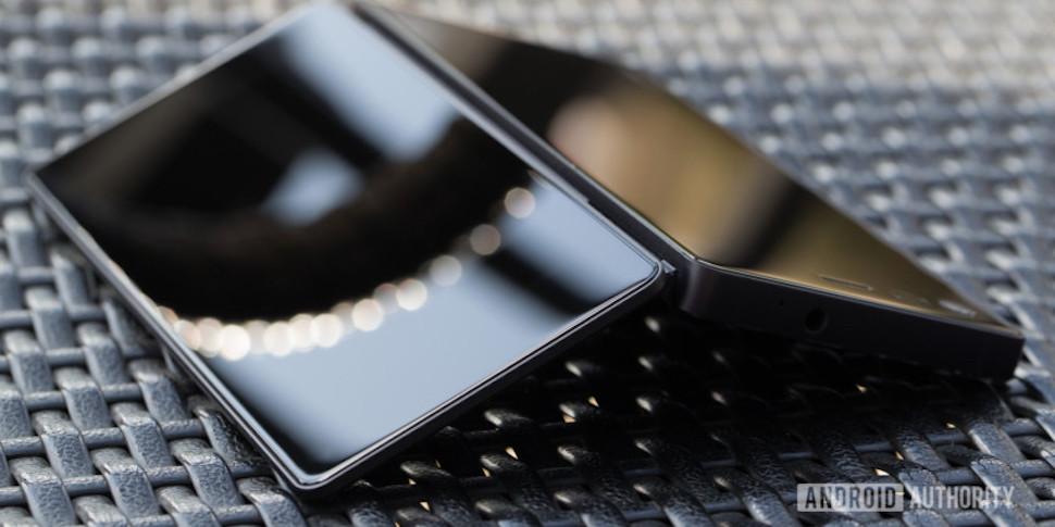 Появились изображения смартфона-раскладушки ZTE