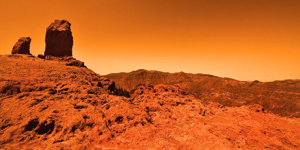 Ученые рассказали о причинах существования на Марсе жидкой воды
