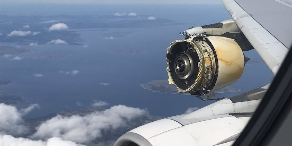 Пассажиры лайнера A380 поделились снимками разбитого двигателя