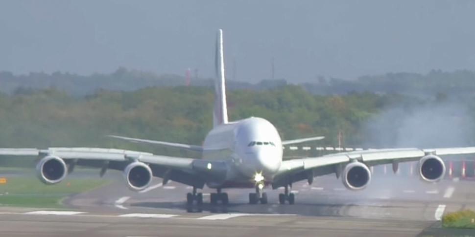 Видеофакт: огромный авиалайнер A380 «занесло» при посадке
