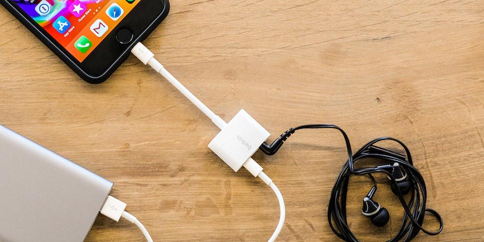 Apple за $35 начала официально продавать переходник с разъемом для наушников и портом для зарядки