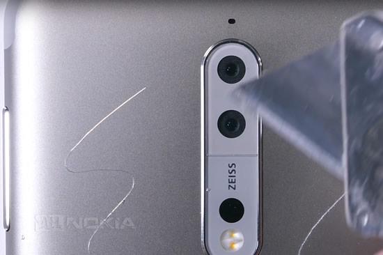 Nokia 8 мужественно пережил тест на царапины, горение и сгибание