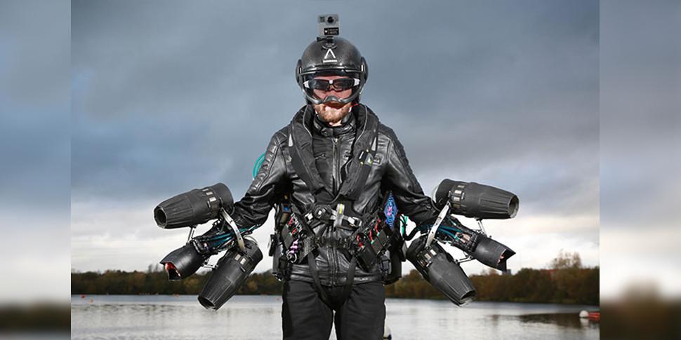 Британец установил рекорд скорости в летающем костюме почти как у Тони Старка