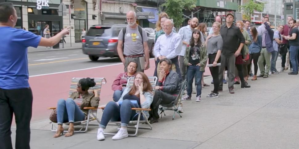 Покупатели потянулись к поддельному магазину Apple, «построенному» на входе в метро