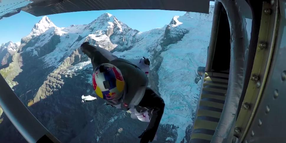 Видеофакт: как залететь на вингсьюте в летящий самолет и не умереть