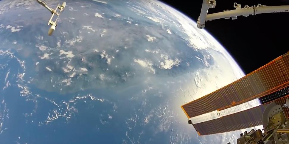 Астронавт записал видео в открытом космосе