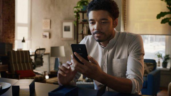 Motorola смеется над Apple и Samsung