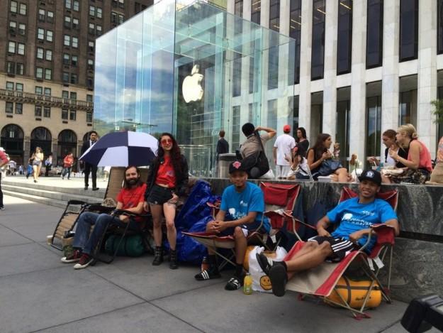 SMARTlife: Кто и зачем стоит в очередях за новым iPhone X?
