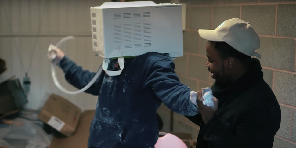 Блогер засунул голову в микроволновку, залил ее цементом и застрял