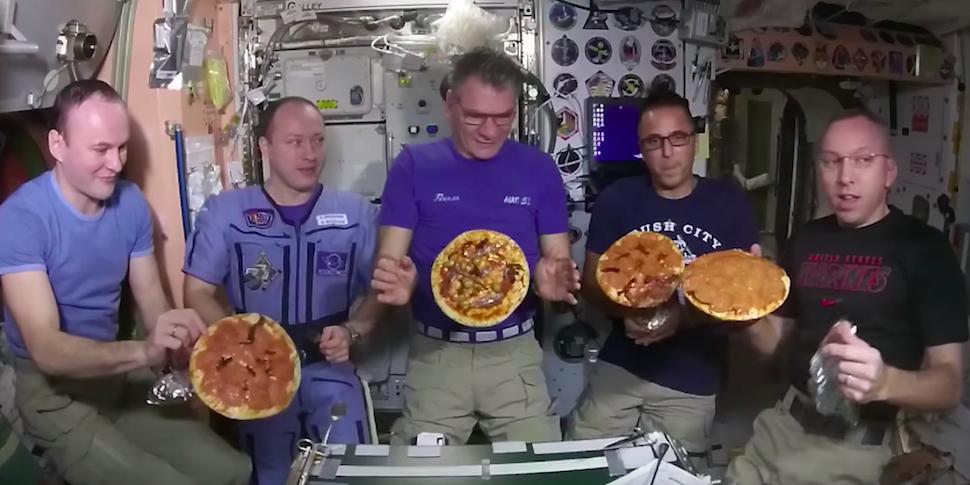 Итальянский астронавт соскучился по пицце. Ему прислали все ингредиенты на МКС